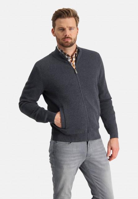 Gilet-finement-tricoté-avec-col-montant